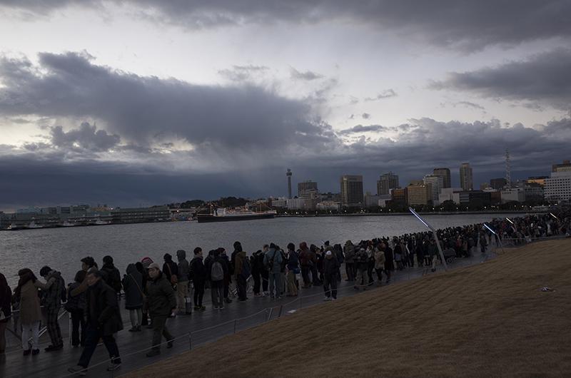 初日の出・大さん橋・待つ人々